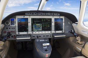privatjet_mieten_eclipse_cockpit