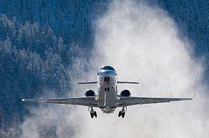 Privatjet beim Start am Flughafen St. Moritz