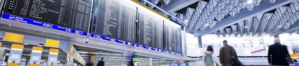 Blick auf die Anzeigetafel am Flughafen Frankfurt: An Europas größtem Flughafen begrüßen wir die meisten Gäste im Rahmen von Gruppenflügen