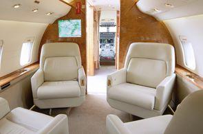 Luxuriöse Kabine einer Bombardier Challenger 604