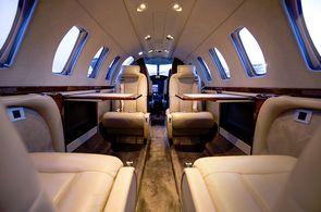 Kabine des Cessna CitationCJ3: Bestuhlung in Konferenzanordnung