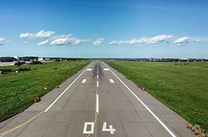 Blick aus dem Cockpit auf eine Landebahn