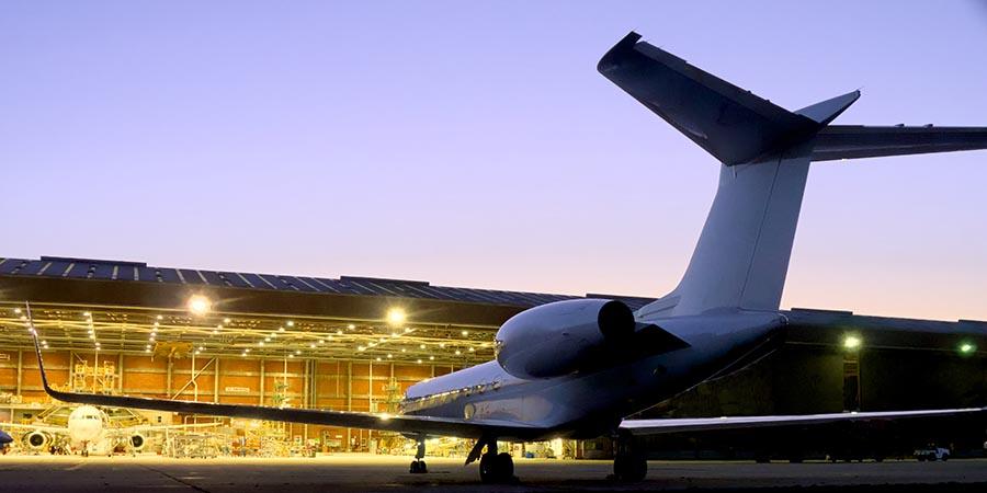 Privatjet vor dem Hangar