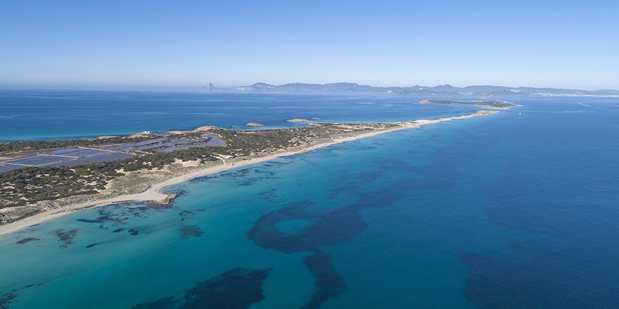 Blick auf Formentera - diese Insel können Sie mit einem Flug im Privatjet nach Ibiza direkt erreichen