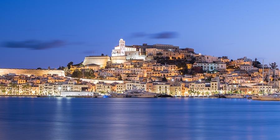 Blick auf Ibiza Stadt in abendlicher Stimmung